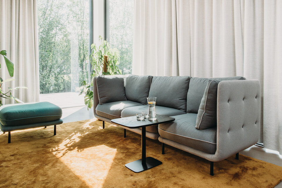Royal Ahrend Embrace sofa upholstered in grey and 1 seater in green at HofmanDujardin office in Diemen EB023